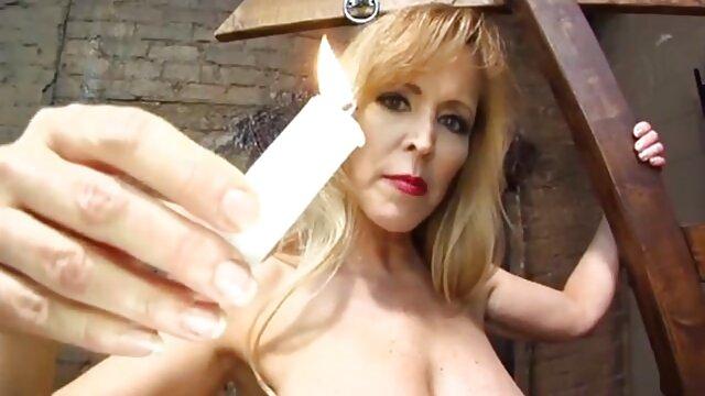 Layla se desnuda en el baño y videos xxx latinos en español se masturba en el sofá