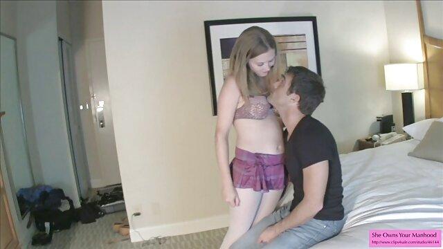 Hermosa Emma posando en la videos de porno español latino cama