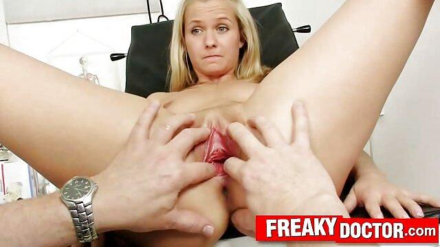Kelly Wells sexo español latino le da masajes a la polla de un chico